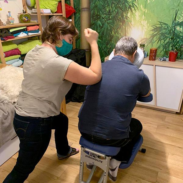 Anne masse sur chaise ergonomique avec le coude